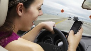 dt_iphone-while-driving-20121120084337288662-620x349